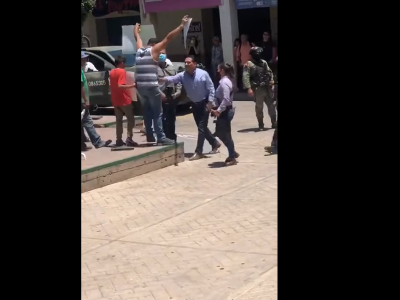 Conceden amparo a maestro agredido por gobernador de Michoacán