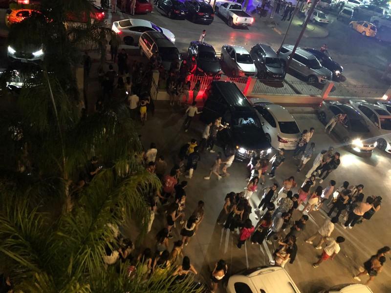 Concierto ilegal aglomera a 300 jóvenes sin sana distancia