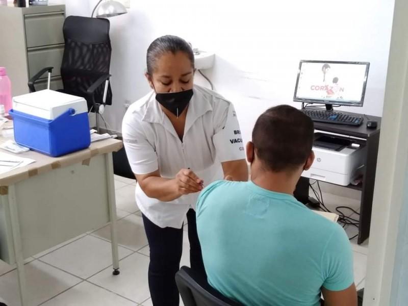 Concluye vacunación anticovid para personas de 40 a 49 años