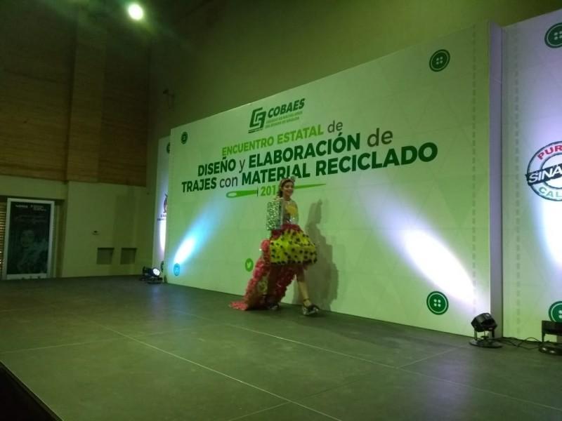 Concursan estudiantes de COBAES con trajes reciclados