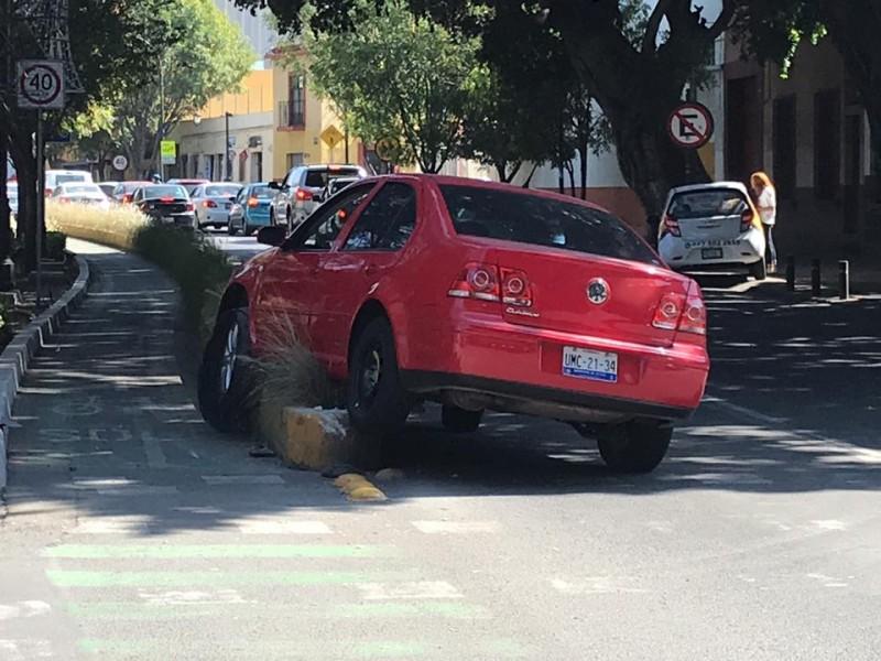 Conductor se incrustó en ciclovía de Universidad