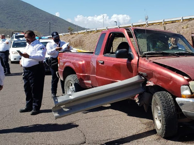 Conductor se salva de milagro en aparatoso accidente