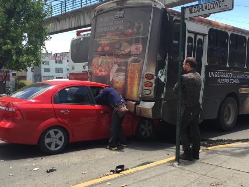 Conductora impacta contra autobús en Toluca