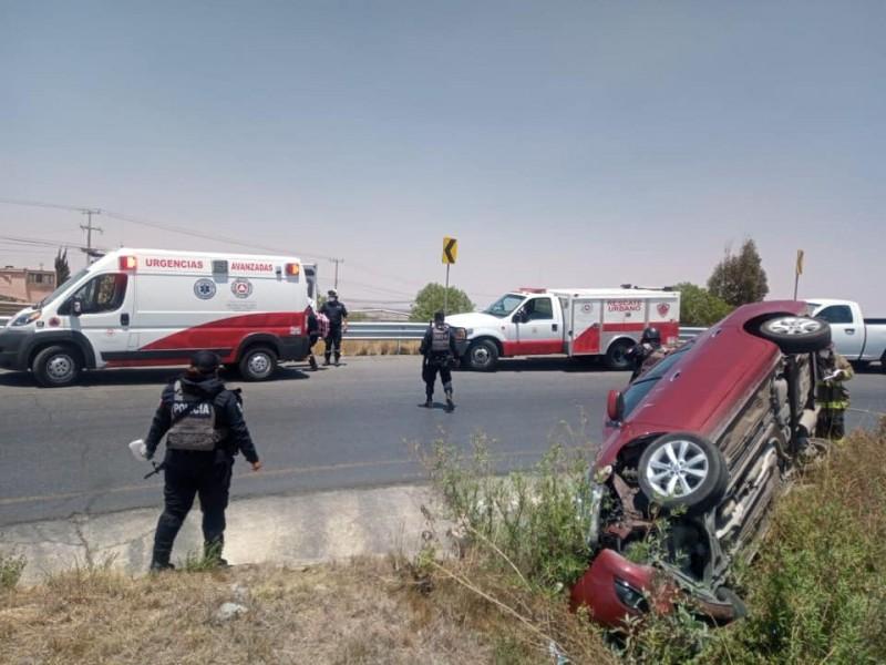 Conductora pierde el control de su vehículo termina en volcadura