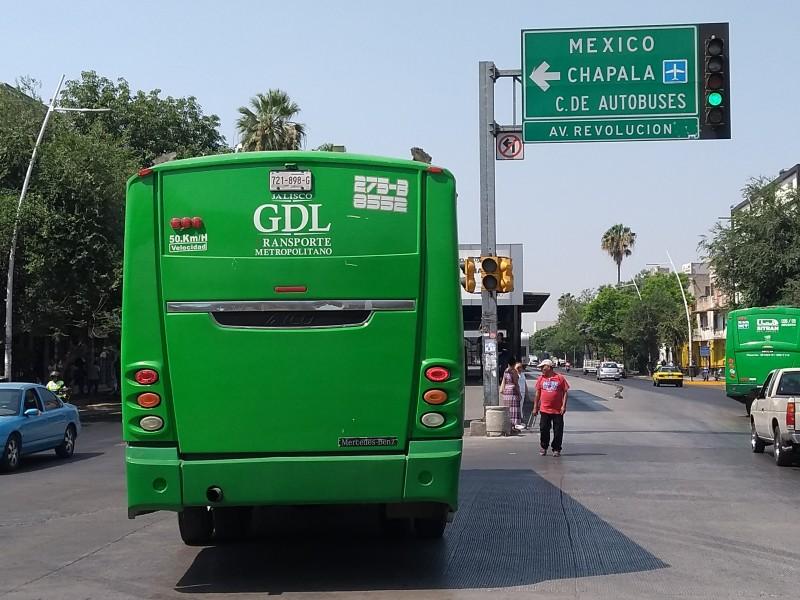 Conductores ignoran vueltas prohibidas en Calzada Independencia