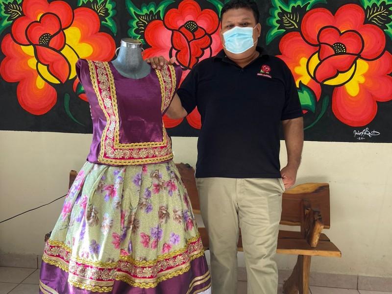 Confeccionista de trajes regionales orgulloso de su labor cultural