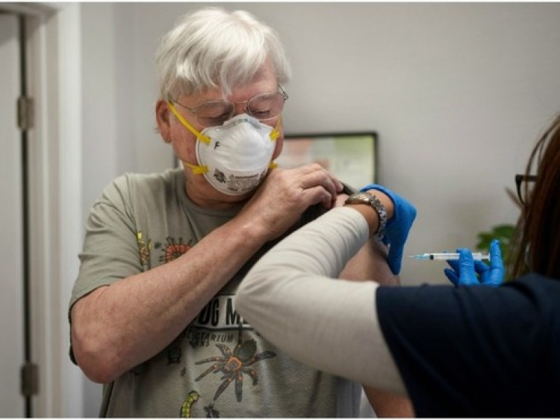 Confusiones, dudas y temores por vacuna Covid-19 entre adultos mayores