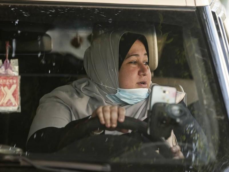 Madre de 5 hijos; la primera mujer taxista en Gaza