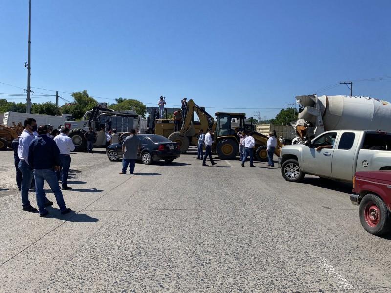 """Constructores bloquean acceso carretero al aeropuerto nacional """"El Tajín"""""""