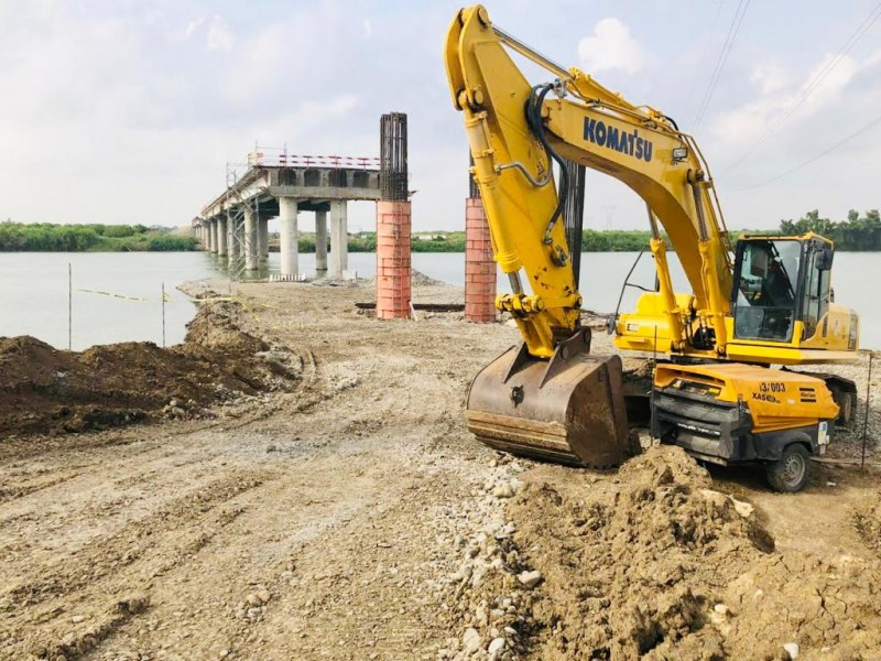 Constructores luchan por lograr obras