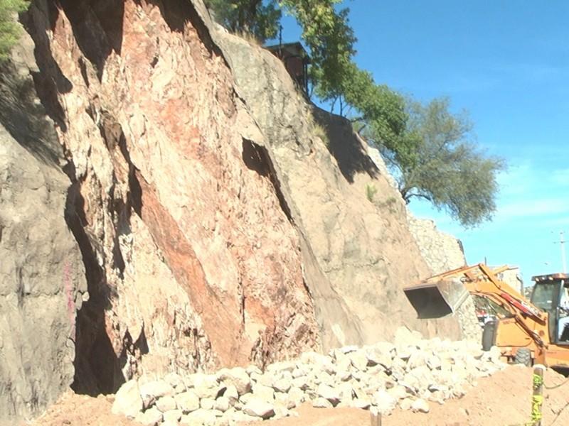 construyen muro de contención para evitar deslave
