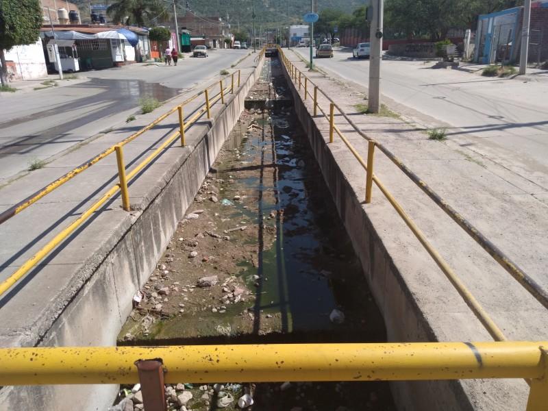 Contaminan canal pluvial en Villas de San Nicolás