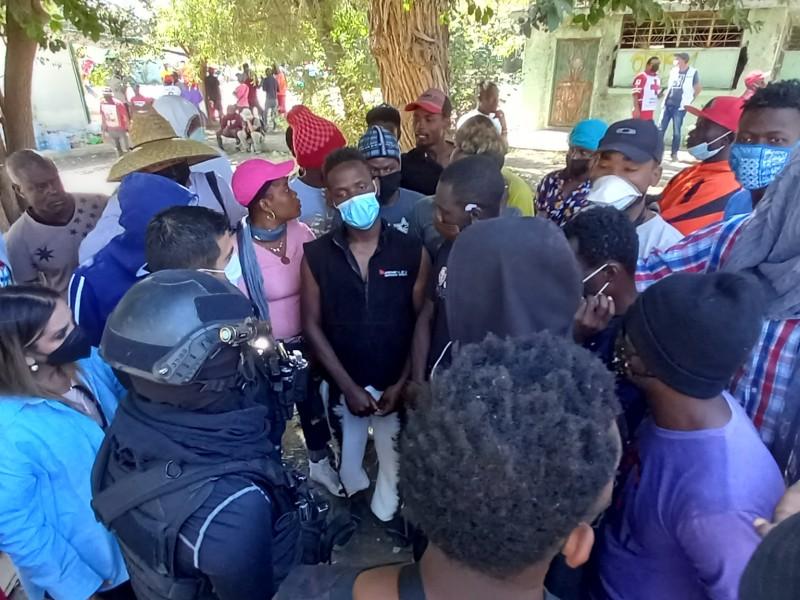 Conteo de migrantes tensa diálogo entre policías y haitianos