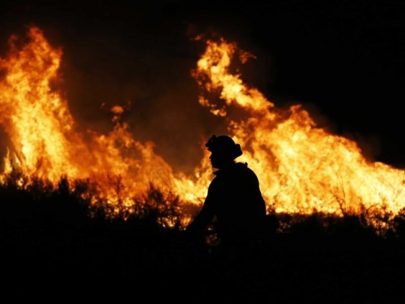 Contienen 74% del incendio en Mendocito, California