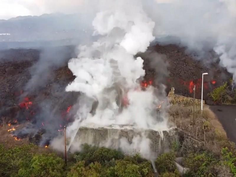 Continúa avance de lava por zonas residenciales de La Palma