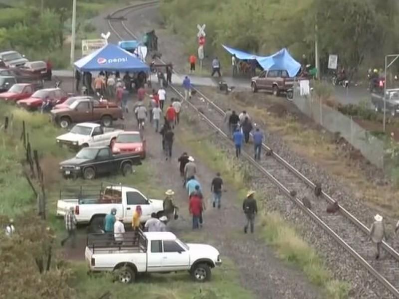 Continúa bloqueo de vías ferreas en la comunidad de Tomendán
