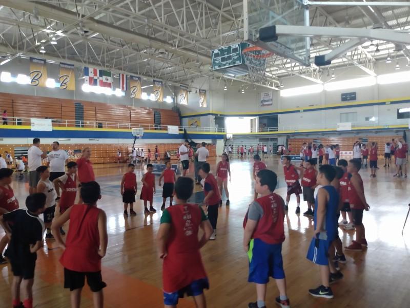 Continúa campamento de Basquetbol