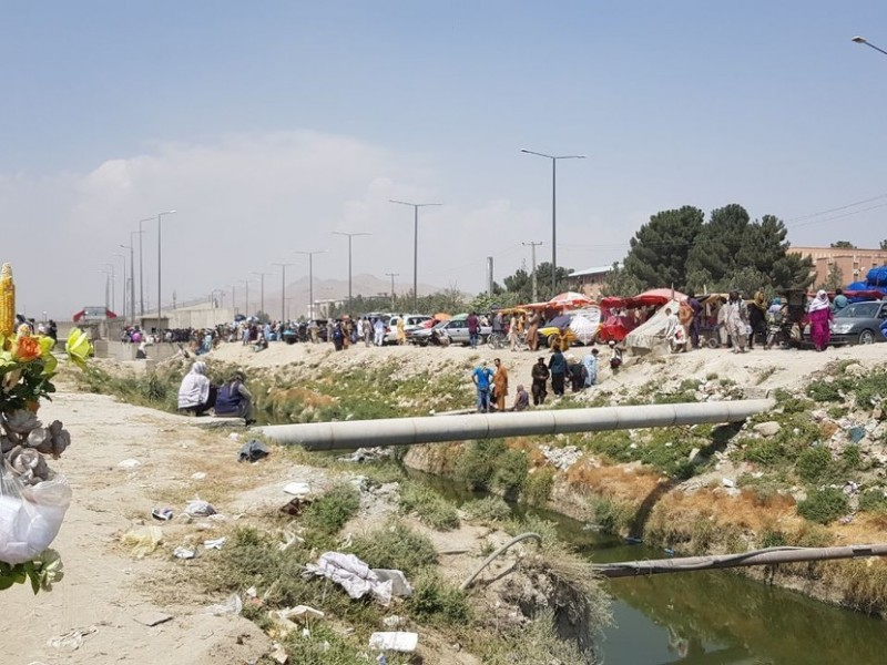 Continúa caos en Kabul, atraviesan zanja para ingresar al aeropuerto