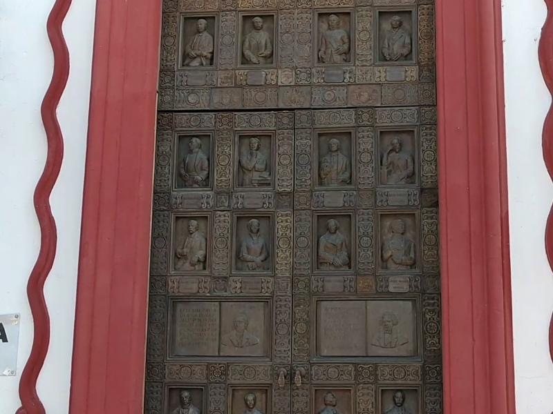 Continúa cerrada la entrada principal de la biblioteca