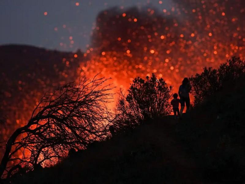 Continúa intensa actividad del Cumbre Vieja, expulsa enormes rocas volcánicas