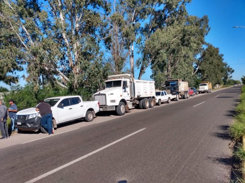 Continúan adeudos a transportistas