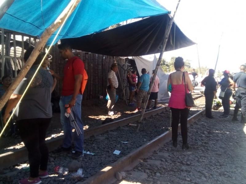 Continúan bloqueadas tres vías del tren en Michoacán