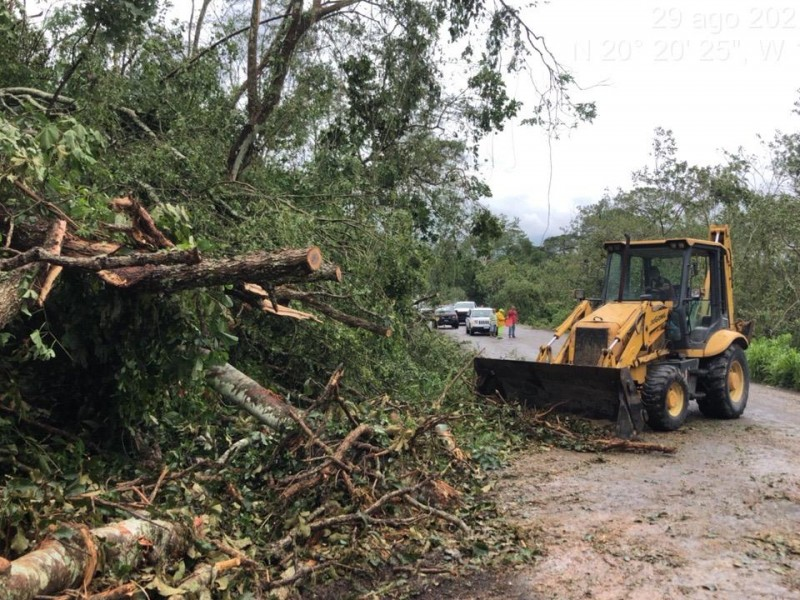 Continúan daños en tramos carreteros tras paso de Nora