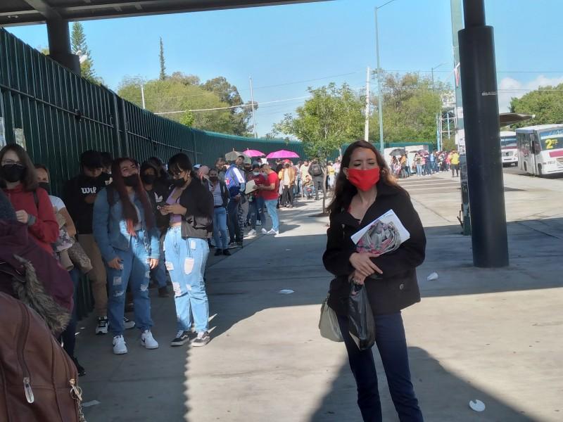 Continúan largas filas en módulo de vacunación de Ciudad Universitaria