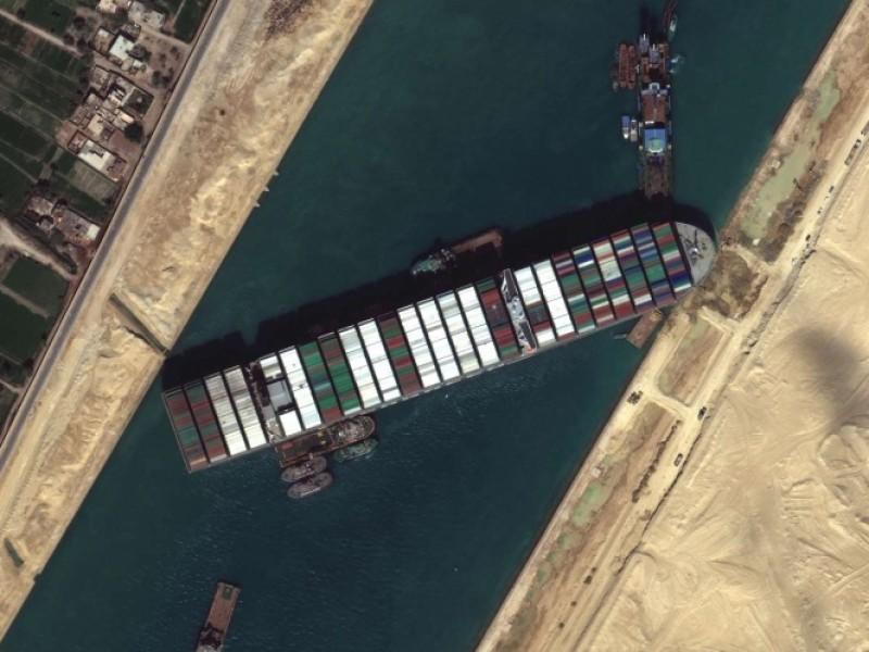 Continúan maniobras para retirar buque varado en Canal de Suez