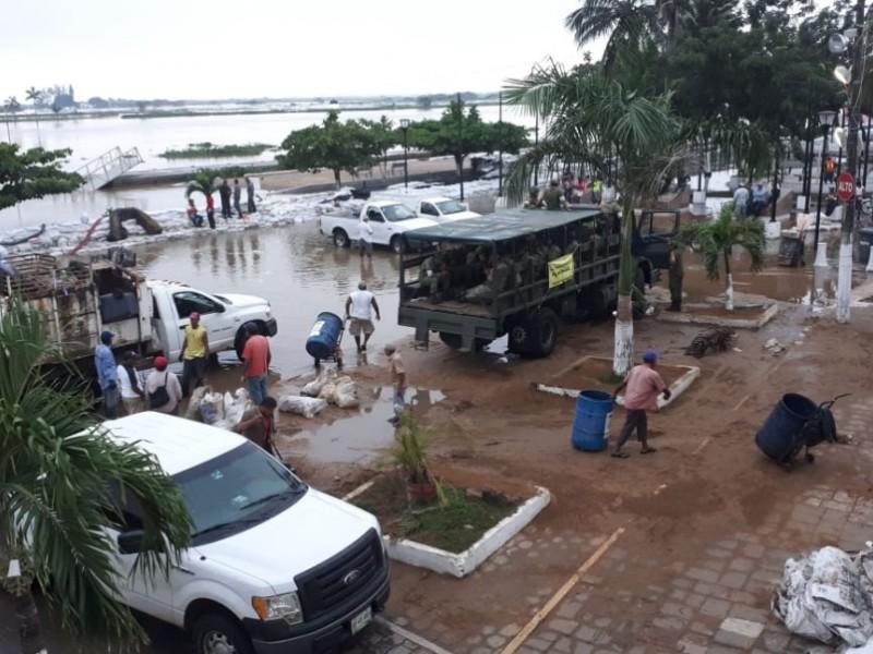 Continúan trabajos de limpieza en Tlacotalpan tras inundación