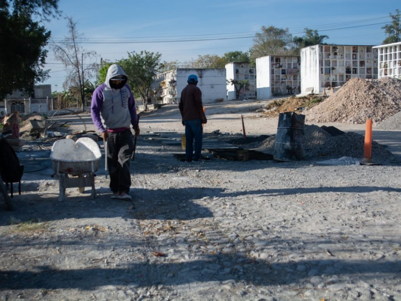 Continúan trabajos de mantenimiento en panteón municipal