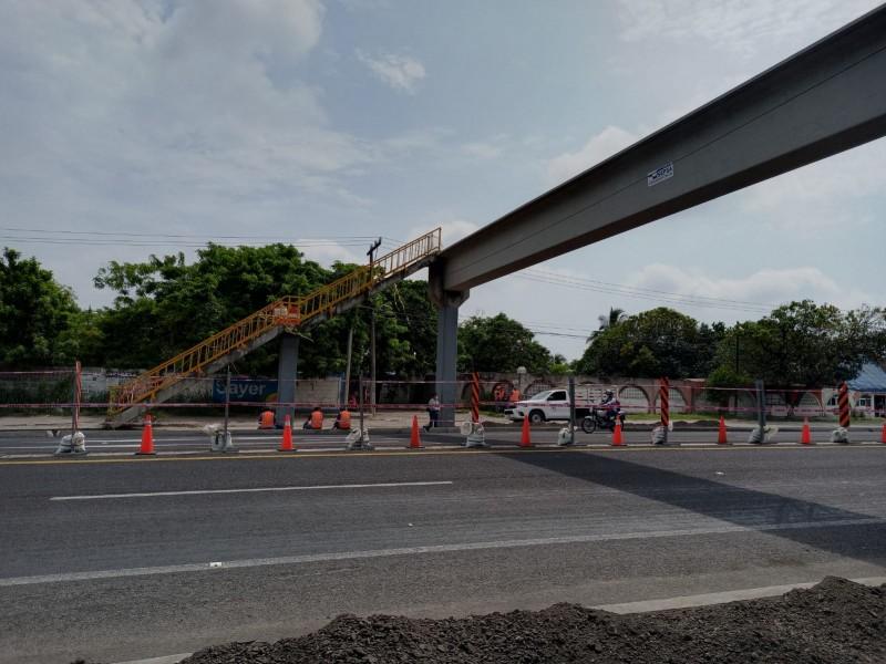 Continuan trabajos de restauración en puente peatonal.
