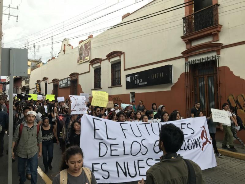 Contra reprensión y violencia marchan universitarios