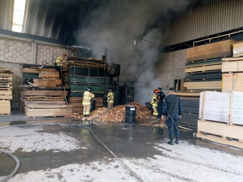 Controlan incendio en maderería de Texcoco
