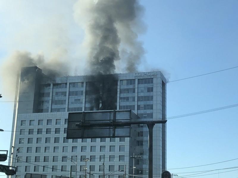 Controlan totalmente incendio en edificio de Conagua