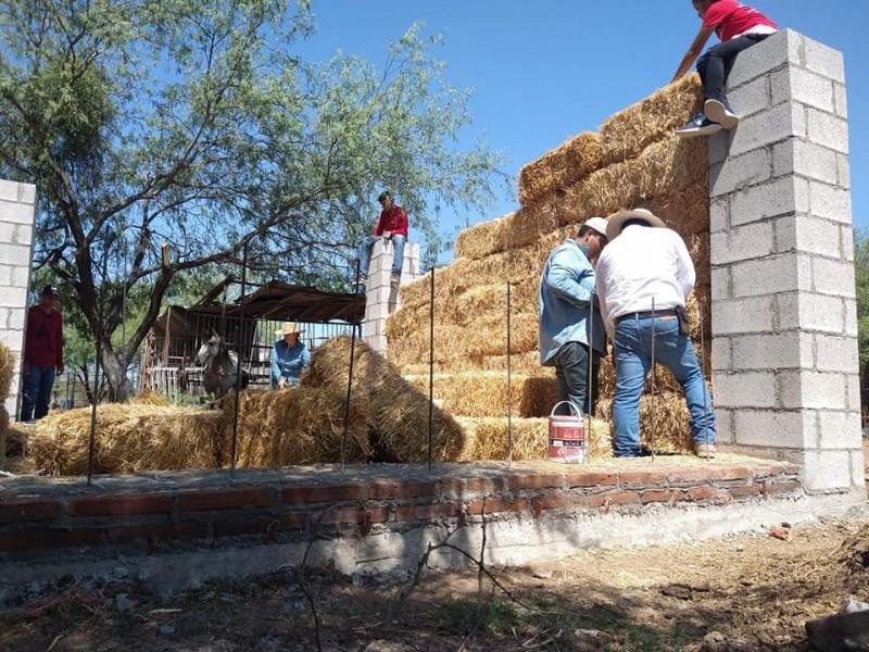 Construyen casa de paja y buscan evitar quema de gavilla