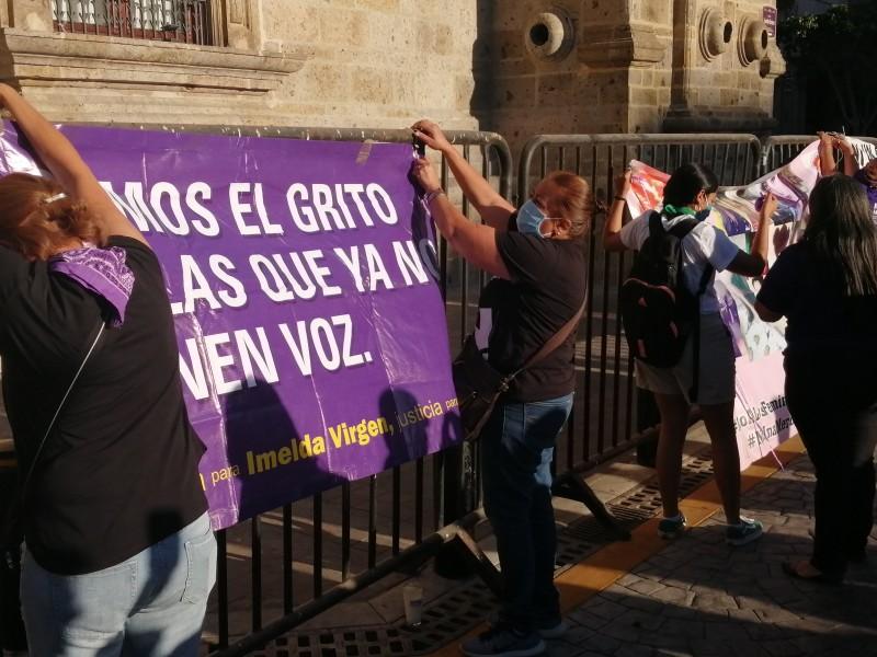 Convierten valla de Palacio de Gobierno en memorial de feminicidios