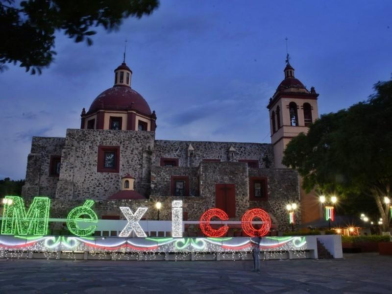 Corregidora se ilumina con 638 adornos patrios