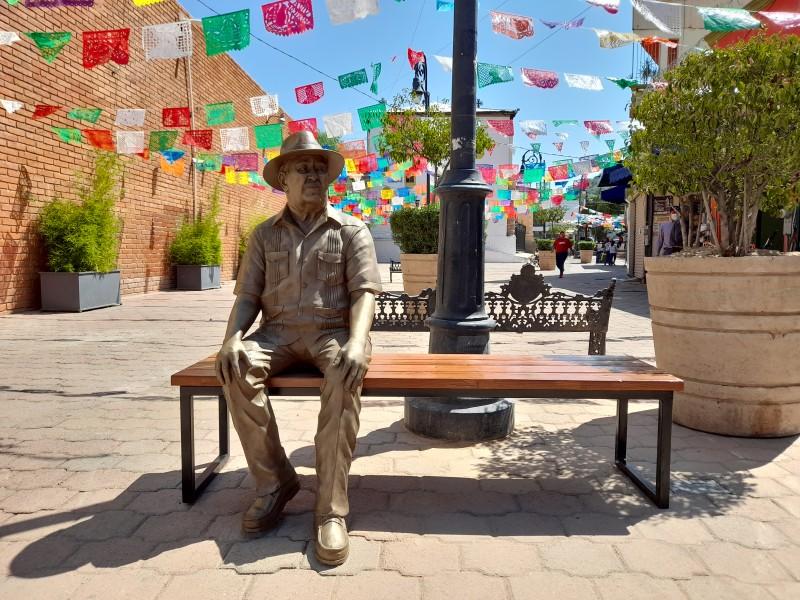 Crean escultura del escritor nogalense Óscar Monroy Rivera