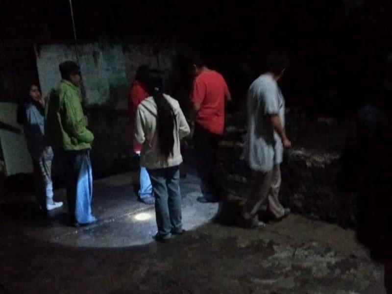 Creciente de río, desaloja a pobladores de barrio en Izúcar