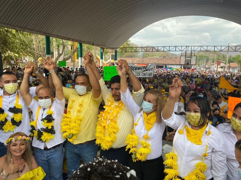Crescencio Reyes cierra campaña ante miles de personas