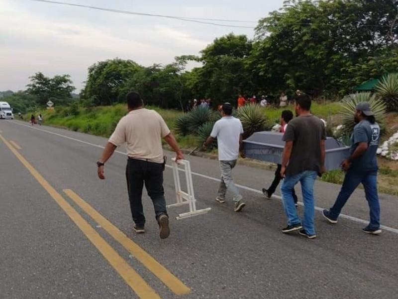 Cruzan con cadáver en bloqueo carretero en el Istmo