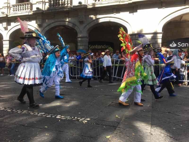 Cuadrillas de danzantes marchan en el primer cuadro de Puebla