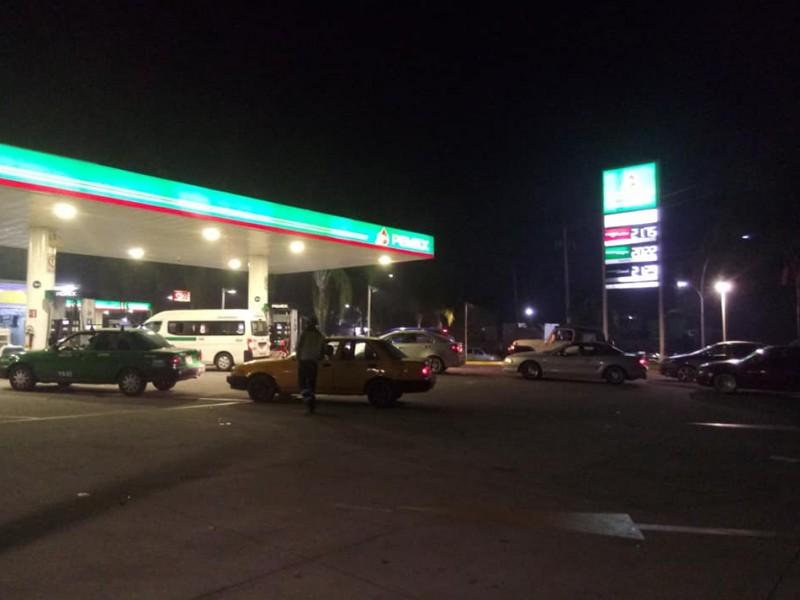 Cuatro de 57 gasolineras operaban anoche en Tepic