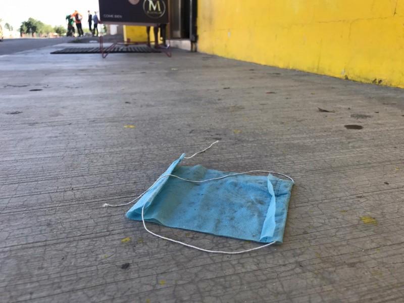 Cubrebocas, nuevo tipo de contaminación en las calles