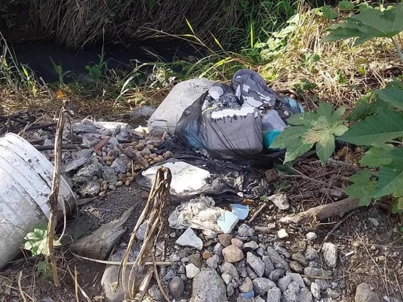 Cuerpos de agua en Cerro Azul convertidos en basurero