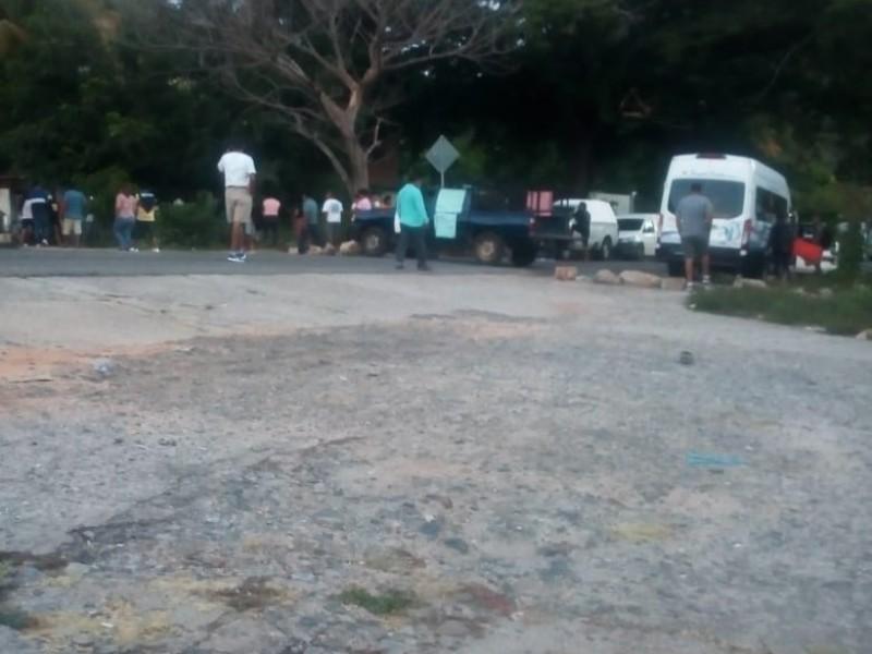 Cumple 8 días bloqueada carretera 200 en Huamelula