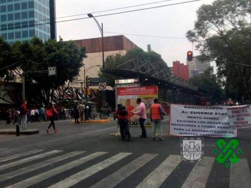 Damnificados del 19-S mantienen bloqueo en Insurgentes Sur
