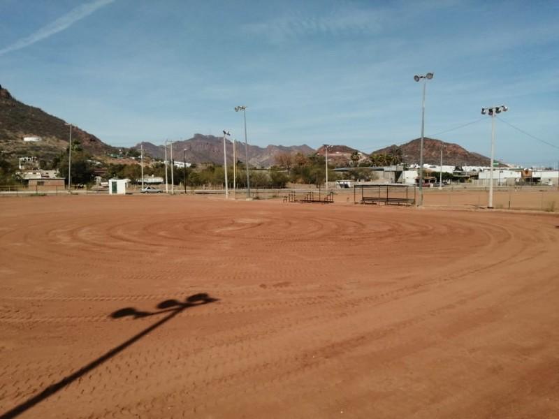 Dan mantenimiento a campos de softbol la DMD
