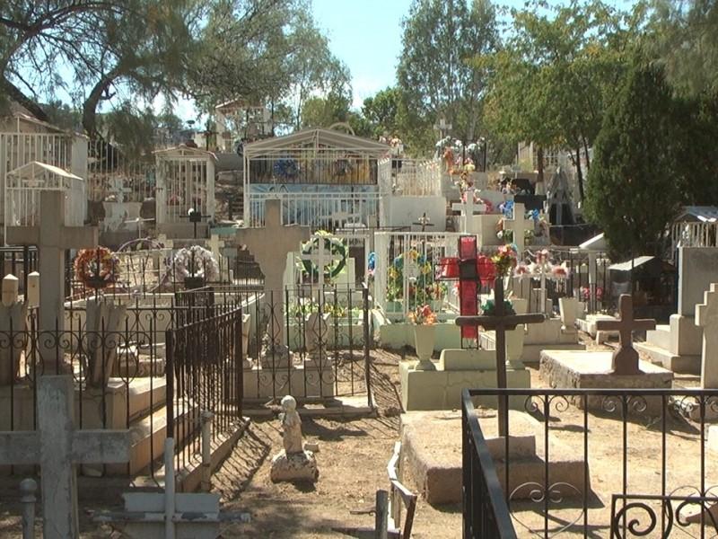 Dan mantenimiento a cementerios por próximo día de muertos